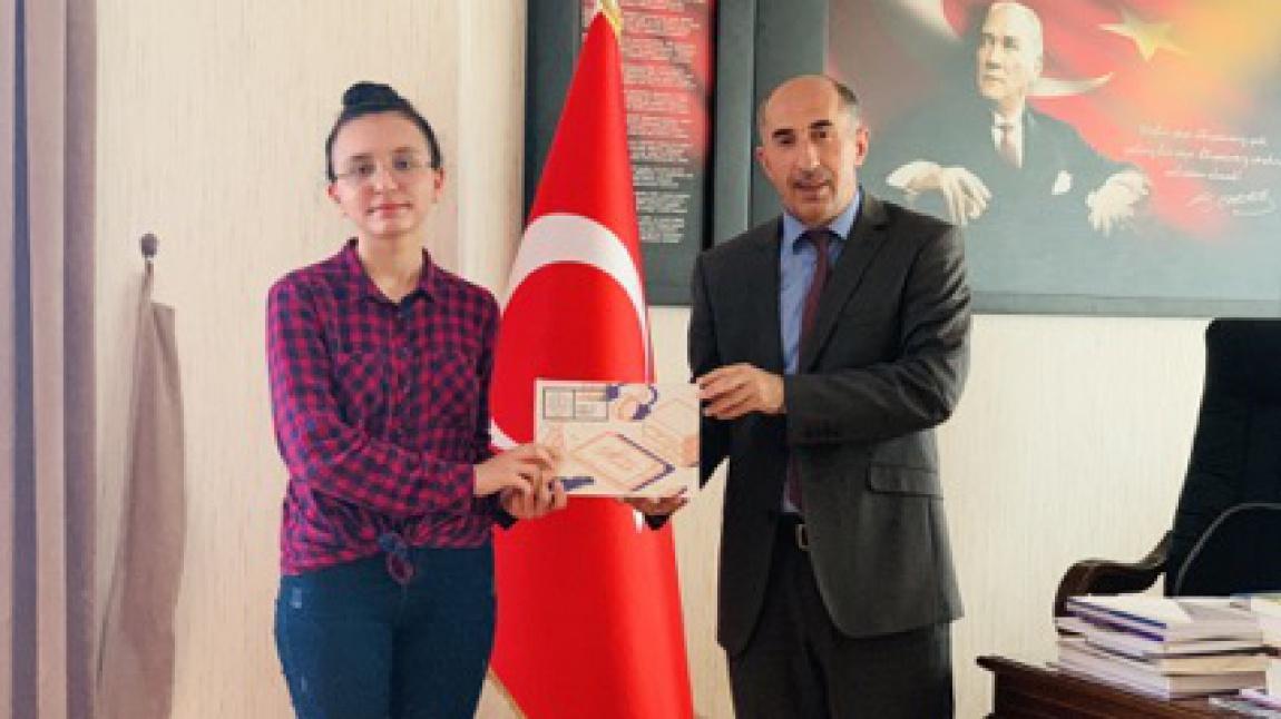 Milli Eğitim Müdürü Erhan BULUT, Türkiye LGS 1.miz Eslem Berra GÖFER'i makamında misafir etti.